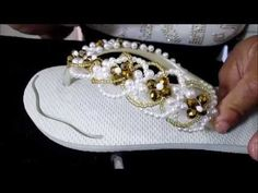 CILENE BIJOUX CHINELO DECORADO PARA FIINAL DE ANO - YouTube Bling Flip Flops, Flip Flop Sandals, Beaded Crafts, Beaded Ornaments, Bare Foot Sandals, Shoes Sandals, Flip Flop Art, Decorating Flip Flops, Bead Crochet