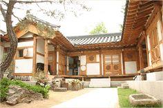 """"""" 가회동, 삼청동, 북촌한옥마을에 있는 재동의 낙 고 재 """" ! 과거 진단학회가 있었던 곳에 자리잡은 한국 ... Asian Architecture, Architecture Design, Style At Home, Future House, My House, Japanese Style House, Courtyard House Plans, House Layouts, Traditional House"""