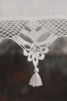 Dieser kurze Vorhang ist die einmalige Dekoration. Der Vorhang besteht aus Baumwollgewebe mit schöne Handarbeit gehäkelte Spitze verziert und wenig handgemachte Quasten. Die Spitzen häkeln ist 11cm (4,5) hoch (ohne Quasten). Alle meine Produkte sind von hervorragender Qualitätsgarn (100 % Baumwollgarn) mit höchster Präzision und Genauigkeit gefertigt. Bitte wissen Sie, dass dieser Vorhang komplett in Handarbeit hergestellt wird und jeweils etwas anders. Ich mache den Vorhang auf Kundenwun...