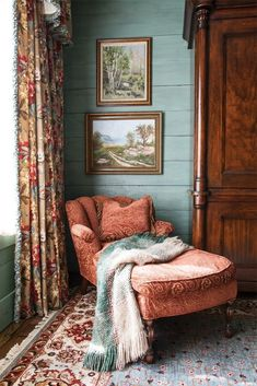 The timeless appeal of simplicity can infuse spaces with warmth, charm, and char. - Home Decoration Living Room Decor, Living Spaces, Bedroom Decor, Living Rooms, Bedroom Ideas, Bedroom Furniture, Bedroom Colors, Bedroom Makeovers, Bedroom Chair