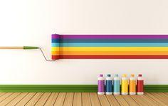 Eine Weiße Wand Und Regenbogenfarbene Aquarell Farben Und Ein Brauner Boden  Aus Holz, Wände Streichen