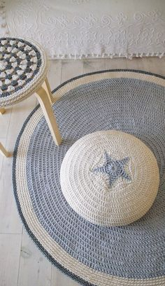 """podkins: """"Although this Etsy listing was for the crocheted stool cover, I was also taken with the crochet mat and poufe! Lovely work by lacasadecoto on Etsy. Crochet Diy, Crochet Home Decor, Love Crochet, Crochet Crafts, Hand Crochet, Crochet Projects, Crochet Ideas, Crochet Pouf, Crochet Cushions"""