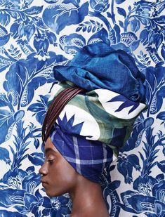 На голове модели сверху вниз: ткань Opera Sapphire, лен, полиамид, de Le Cuona, €138 за метр; подхват для штор Masai, хлопок, Houlès, €42; ткань Dune, лен, Hermès, €424 за метр; ткань в клетку, новозеландская шерсть, Loro Piana Interiors, €239 за метр. Фон: ткань Burlesque, хлопок, лен, полиамид, Fuggerhaus, 3320 руб. за метр.