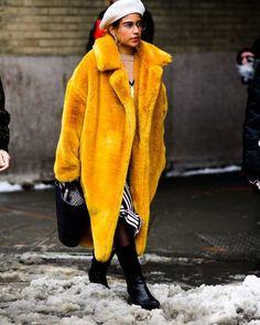 El #streetstyle de la @nyfw mas colorido que nunca. #nyfw #picoftheday #lookoftheaday #outfit #colour #bitrendy #elarmariodelasinfluencers