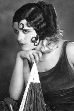Style icons of the 1920s - Pola Negri Now you know where Lisa Stansfield got her inspiration. It wasn't just the kiss curls, Polish film star Pola Negri also pioneered red nail varnish, fur boots and turbans. Known as the Queen of Tragedy, Negri was one of the era's most entertaining femme fatales. In real life she had affairs with Rudolph Valentino and Charlie Chaplin and married twice - first a count, then a prince.
