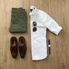 Olive jeans with a brown shoes ! + A nice white shirt 😍 More than amazing gri. Mens Style Guide, Men Style Tips, Style Men, Classic Mens Style, Olive Jeans, Mode Man, Green Skinny Jeans, Green Pants Men, Casual Outfits