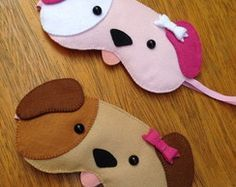Máscara de Dormir Cachorrinho Felt Crafts, Kids Crafts, Diy And Crafts, Cute Sleep Mask, Sewing Crafts, Sewing Projects, Felt Mask, Kawaii Diy, Animal Pillows