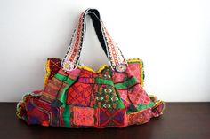 Découvrez les tendances de la mode avec un sac à main coloré et original et singulier. Toutes les couleurs des sacs à main présentées.