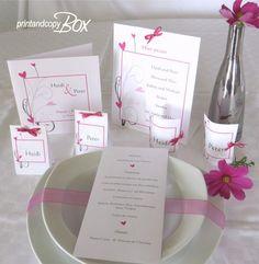 Tischdekoration mit Menükarten, Getränkekarte und Tischkarten für eine moderne Hochzeit.