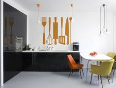 Als Chef in je eigen keuken wordt je geïnspireerd door deze prachtige muursticker. De garde, het koksmes, de pollepel... mooi als sticker op de keukenmuur. Maar ook grappig om op een keukendeur te plakken of om een saaie radiator met te pimpen.