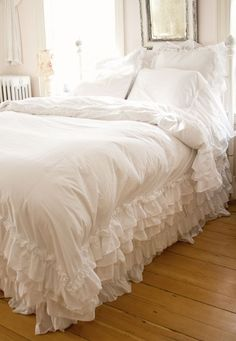 Shabby Chic Bedding Ideas DIY Projects Craft Ideas & How To's for Home Decor with Videos Shabby Chic Mode, Estilo Shabby Chic, Shabby Chic Bedrooms, Shabby Chic Cottage, Shabby Chic Style, Shabby Chic Furniture, Shabby Chic Decor, Handmade Furniture, Rustic Furniture