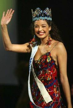 """Azra Akın'ın """"Dünya Güzeli"""" seçildiği yarışma kaç yılında düzenlendi hatırlıyor musunuz?"""
