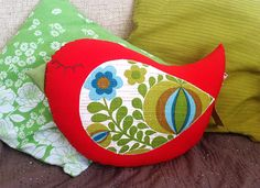 Kommt ein Vogelkissen geflogen, setzt sich nieder auf dein Sofa und verschönert dir den Tag!   Die Vorderseite ist aus rotem Baumwollstoff, der Flügel