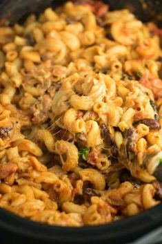This Slow Cooker Vegetarian Chili Mac Recipe is made all in the crockpot (even the noodles! A super easy vegetarian crockpot recipe to feed a crowd. Vegetarian Chili Mac Recipe, Healthy Crockpot Recipes, Easy Chicken Recipes, Healthy Dinner Recipes, Beef Recipes, Vegetarian Meals, Vegan Recipes, Cooking Recipes, Slow Cooker