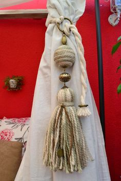 Pascuala Deco: SUJETA CORTINA Diy Tassel, Tassels, Diy And Crafts, Arts And Crafts, Passementerie, Diy Accessories, Crochet, Shabby Chic, Creations