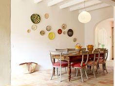 Un mur d'assiettes fait la déco : Une maison avec un petit air de vacances - Journal des Femmes Décoration