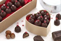 I cioccolatini fatti in casa piaceranno a tutti: ripieni con gianduia, wafer e nocciole pralinate sono davvero golosi e perfetti per San Valentino!