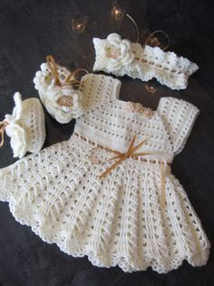 Handmade Girl Crochet Dress, Head Band and Booties Set with Beautiful Flowers De 0 á Se Gostou Clique no ❤ Siga nosso perfiThis Pin was discovered by Ivo Crochet Dress Girl, Crochet Baby Dress Pattern, Baby Girl Crochet, Crochet Baby Clothes, Crochet For Kids, Crochet Patterns, Handgemachtes Baby, Baby Patterns, Baby Knitting