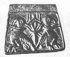 Miejsce znalezienia: Brześć Kujawski, grób złotnika na cmentarzysku  Datowanie: II połowa XI wieku  Sposób znalezienia: wykopaliska archeologiczne  Skład: brąz  Opis:  Matryca do wyrobu kaptorg trapezowatych, obrazek z wypukłym obramieniem liniowym. Przedstawia on dwa odwrócone do siebie tyłem ptaki pod Drzewem Życia. Mają one silnie zakrzywione dzioby, a na nogach i skrzydłach poziome i ukośne paski (ptaki drapieżne? może jastrzębie?). Przywiązane są za szyje do korony Drzewa Życia.