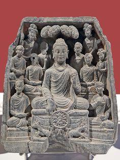 Le premier Sermon du Bouddha, art du Gandhara (Museum CSMVS, Mumbai, Inde) Le Premier Sermon du Bouddha à ses 5 disciples dans le parc des gazelles à Sarnath Le Bouddha met en route la roue de la Loi (dharmachakra) Gandhara (ouest du Pakistan) fin IIIème ou début IVème siècle Schiste gris