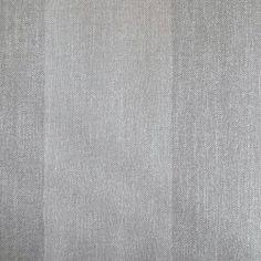Diseño de rayas gris y plata en este papel pintado de la colección Windsor XII de Parati.