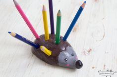 ¡Qué idea divertida! Nuestros lápices se convertirán en las coloridas púas de un erizo, ¡unportalápices erizo! Hoy aprenderemos a modelar unportalápicescon arcilla de secado al aire, una manualidad muy entretenida que a los niños les encantará. Materiales necesarios arcilla de...