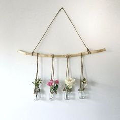 hanging branch with vases - The People Shop - Basteln - Vase ideen Home Decor Trends, Diy Home Decor, Decor Ideas, Diy Projects Bedroom Decor, Easy Wall Decor, Diy Decorations For Home, Art Ideas, Flower Wall Decor, Handmade Home Decor