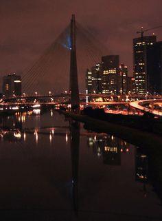Vista da ponte estaiada Octávio Frias de Oliveira às escuras para a Hora do Planeta, na Marginal Pinheiros, zona sul de São Paulo