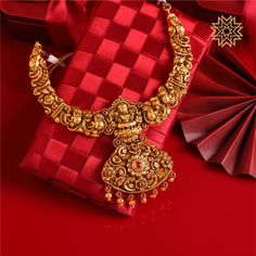 Upgrade your Navratri look with this Lovely Necklace! Gold Temple Jewellery, Gold Jewelry, Bridal Jewelry, Mughal Jewelry, India Jewelry, Gold Necklaces, Trendy Jewelry, Gold Bangles, Bridal Earrings