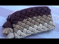 Crochet Celtic Weave Stitch Purse with zipper (step by step tutorial). This video shows you how to crochet the purse using the Celtic Weave Stitch. I have some requests from beginner crocheters that want a video that would teach how to make it step by Crochet Basket Tutorial, Basket Weave Crochet, Crochet Pouch, Crochet Purses, Stitch Crochet, Crochet Stitches, Crochet Patterns, Crochet Designs, Stitch Patterns