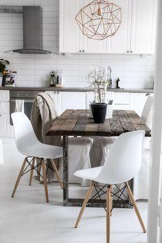 table rustique et belles chaises scandinaves