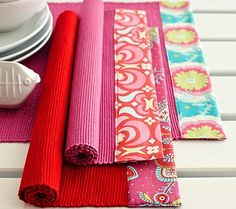 Einfache Tischläufer aus Baumwolle verschönern wir im Frühling mit farbenfrohen Stoffresten. Die schneiden wir in der passenden Größe für die schmale Seite...