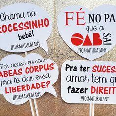 Plaquinha Divertida - Formatura Direito Graduation, Scrapbook, Graduation Cup, Prom Party, Graduation Ideas, Lawyers, Dancing, Law, Moving On