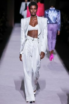 Tom Ford& Spring/Summer 2018 runway show kicked off NYFW on an empowering feminist note with the designer& signature glamorous overtone. High Fashion Outfits, High Fashion Looks, Couture Fashion, Runway Fashion, Womens Fashion, Fashion Shoot, Fashion Trends, Designer Plus Size Clothing, Fashion Silhouette
