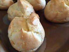 Profiteroles ! Antes de começar a fazer ascenda o forno na temperatura mais alta 125g de farinha de trigo 80g de manteiga (1 colher de sopa cheia) 1 colher de chá de açúcar 1 pitada de sal 4 ovos inteiros 1 xícara cheia de água segredosdatiaemilia.com.br