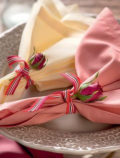Não tem anel de guardanapo? Fitas e flores resolvem o caso em grande estilo