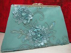 Carteira Clutch geometrica em tecido bordado com flores na cor verde Tiffany. Forrada em cetim de seda na mesma cor . Fecho de metal na cor prata. Acabamento em costura francesa. R$ 90,00