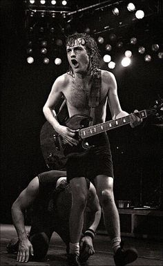 Angus Young, Performs At The Manchester Apollo, Manchester England, February, 1982 Angus Young, Rock And Roll Bands, Rock N Roll, Van Halen, Woodstock, Elvis Presley, Hard Rock, Malcolm Young, Ac Dc Rock