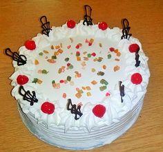 Az oroszkrém torta egy elegáns habos desszert. Fehér színéhezremekül passzol a színeskandírozott gyümölcsés akoktélcseresznye. Készíthetjük születésnapra vagy bármilyen ünnepre, biztosan sikert aratunk vele. Az oroszkrém torta receptje: (A receptben olvasható hozzávalók egy 26 cm átmérőjűtortaformáhozelegendőek.) Az oroszkrém torta hozzávalói: Tortalapokhoz: 8 tojás 8 evőkanál cukor 8 evőkanál liszt csipet só sütőpor  Krémhez: 5 dl […] Cake And Flower Delivery, Sweet Life, Sweet Recipes, Tart, Fondant, Food And Drink, Pudding, Dishes, Blog