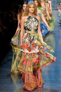 Ogni giorno Vogue Italia seleziona per te il meglio della moda italiana e internazionale, i nuovi trend e le news più interessanti. Fashion Moda, Look Fashion, Runway Fashion, Fashion Show, Fashion Trends, Milan Fashion, Gypsy Fashion, Fashion Fashion, High Fashion