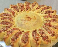 O Pão Girassol é lindo e muito saboroso e pra surpresa de todos, é muito fácil de fazer. Tanto a massa quanto a montagem não tem segredos e qualquer pessoa