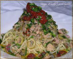 Spaghetti al sapore e colore del Mediterraneo  ... ovvero spaghetti con tonno, pomodori secchi, olive verdi, capperi ed origano.