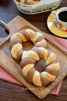 Cocoa two colored bread braided wreath. Bread Machine Recipes, Bread Recipes, Bakery Recipes, Dessert Recipes, Japanese Bread, Donuts, Bread Shaping, Bread Art, Braided Bread