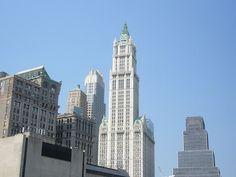 Edificio Woolworth- ubicado en la zona del  Downtown, cerca del del World Trade Center. Este edificio fué en el momento de su inauguración, en 1913, el inmueble más alto de la ciudad.