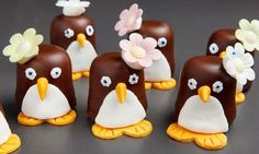 Eine süße Naschidee zu Karneval oder zum Kindegeburtstag: Als Pinguine verkleidete Schokoküsse.