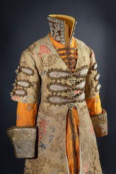 Travail de commande à Saint-Pétersbourg, 1912. Costume composé d'un habit en brocart d'or datant du XVIIIe siècle et d'une veste en taffetas de soie orange brodé de fils argentés ; avec sa paire de bottes en maroquin vert à décor d'applications de cuirs multicolores rebrodés, le talon gainé de maroquin rouge. Estimation : 30 000/40 000 € Vendredi 4 novembre, salle 4 - Drouot-Richelieu. Coutau-Bégarie SVV. M. Boulay.