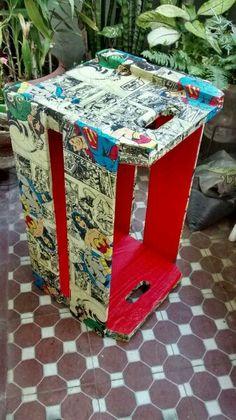 Reformar caixotes ou caixas velhas com revistas em quadrinhos é uma bela solução para organizar álbuns de foto, apostilas, brinquedos, etc...