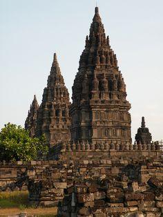 Candi Prambanan, the largest hindu temple in Indonesia (by twiga_swala).