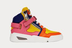Footwear: Versace S/S 2015 Collection    por Fábio Monnerat | Über Fashion Marketing       - http://modatrade.com.br/footwear-versace-s-s-2015-collection