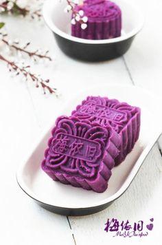 Taro and Lotus Seed Mooncake. Taro and Lotus Seed Mooncake. Cute Food, Yummy Food, Taro Cake, Chinese Moon Cake, Mooncake Recipe, Asian Desserts, Japanese Sweets, Low Sugar, Oreo